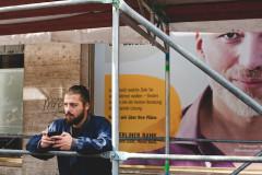 Berlin | Człowiek na budce i kot we wrzosach